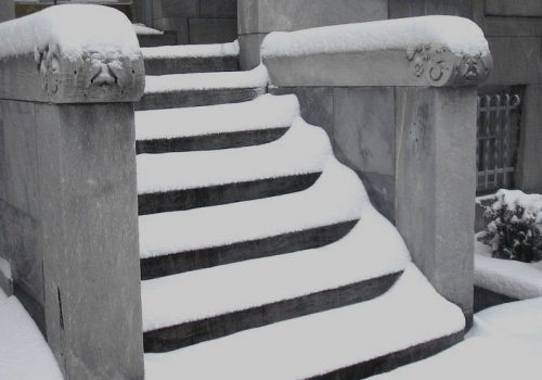 2039 snow on stairs (+)